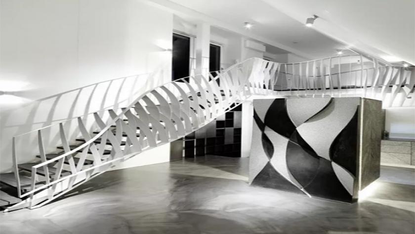 Станок лазерной резки режет сталь, чтобы создать лестницу, которая будет танцевать