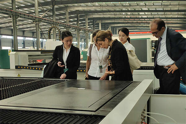 Клиенты рассматривают конфигурацию машины один за другим
